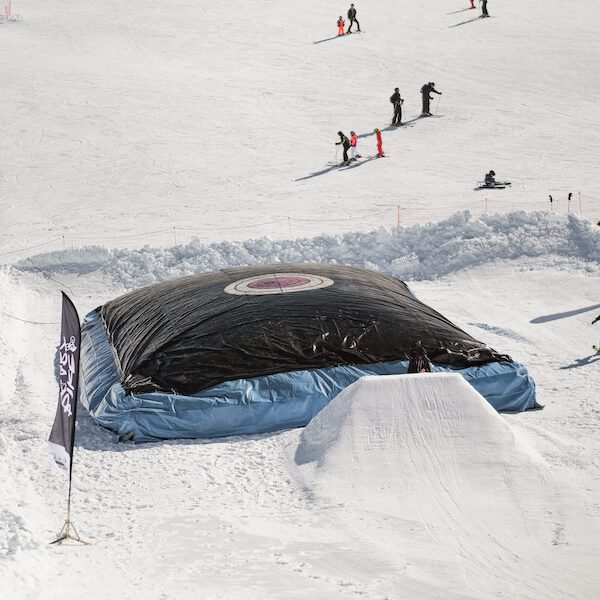 saut sur air bag snowboard